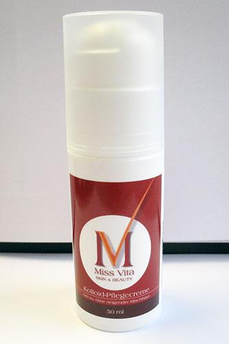 Miss-Vita Kolloid Pflegecreme ist eine leichte Gel-Creme, auch für feuchtigkeitsarme Haut. Auf der Haut setzt sie Feuchtigkeit frei und kühlt angenehm.