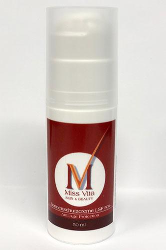 Die Miss-Vita Sonnenschutzlotion mit Lichtschutzfaktor 50 schützt lichtsensible Haut und beugt wirksam UV-Schäden und lichtbedingter Hautalterung vor.