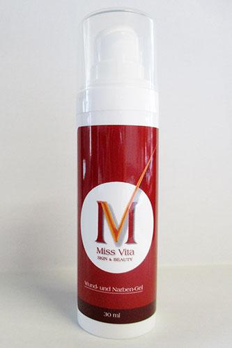 Das Miss-Vita Wund- und Narbengel enthält eine Kombination an Ölen und Wirkstoffen, die die Hautregeneration verbessern und die Wundheilungsprozesse angeregen.
